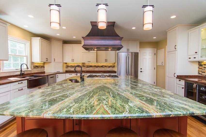 Кухонный остров со столешницей из природного камня