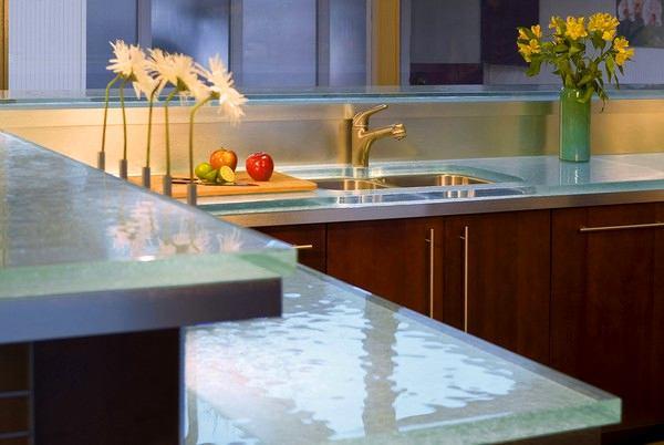 Стеклянная светящаяся столешница на кухне