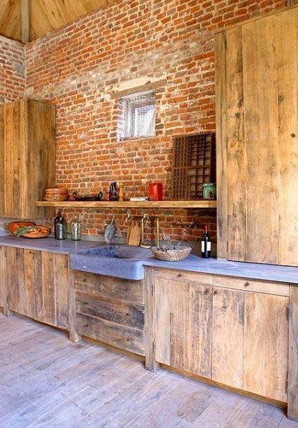 Кирпич и дерево на кухне