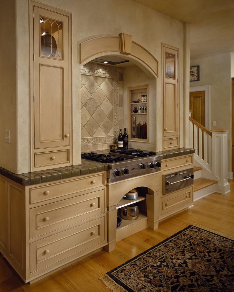 Керамическая плитка в оформлении столешницы рабочей зоны в интерьере кухни