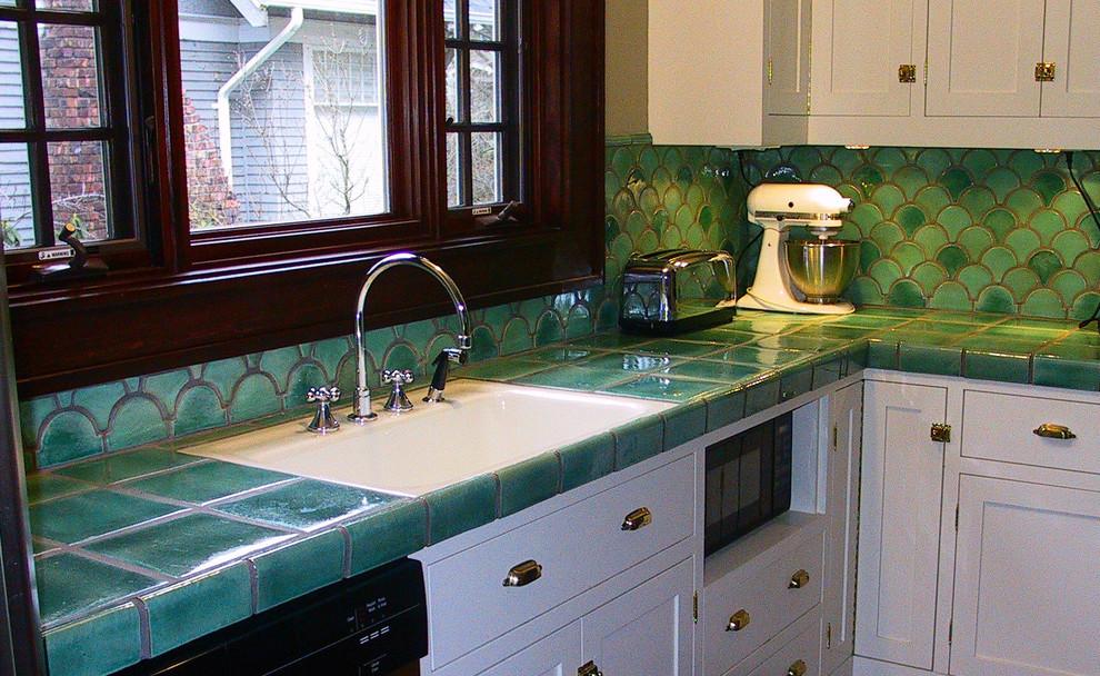 Зелёная керамическая плитка в оформлении кухонной столешницы
