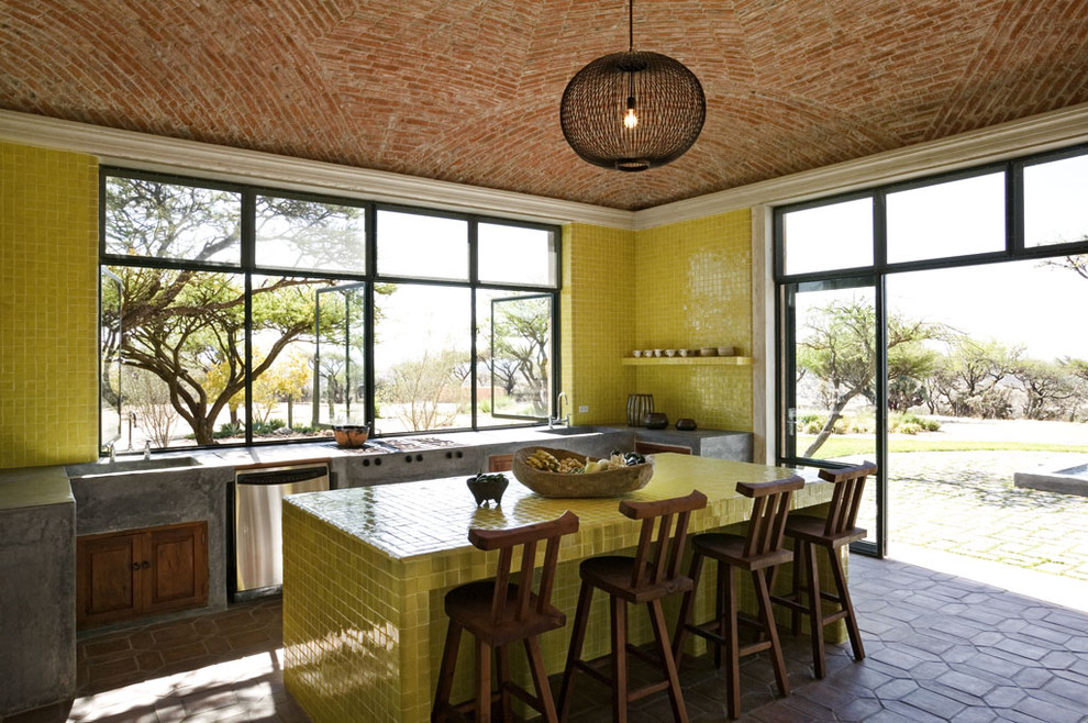 Кухонный фартук и столешница, выложенные керамической плиткой
