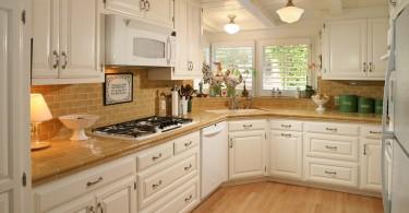 Коричневая керамическая плитка в оформлении столешницы белой кухни