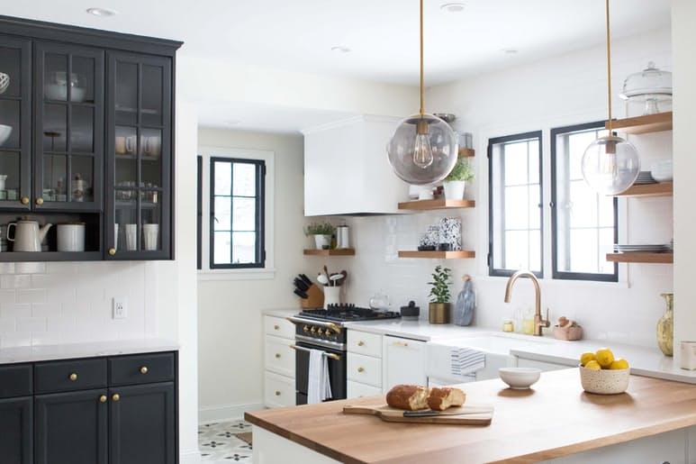 Столешницы в интерьере кухни в белом цвете