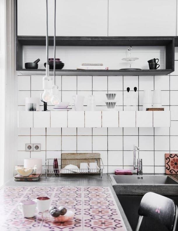 Столешницы в интерьере кухни: нежный цветочный орнамент