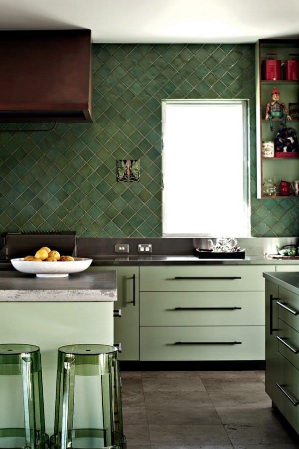 Столешницы в интерьере кухни: зелёная квадратная плитка