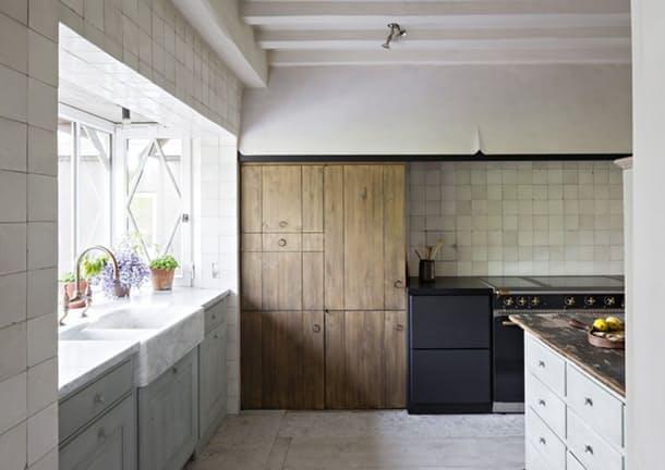 Столешницы в интерьере кухни: деревянный шкаф для посуды