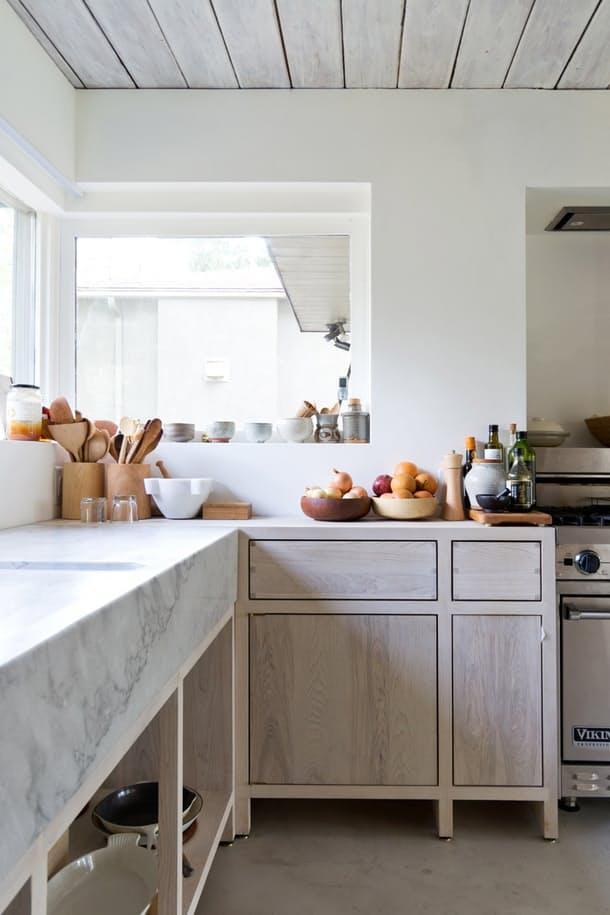 Столешницы в интерьере кухни: большое окно над рабочей поверхностью