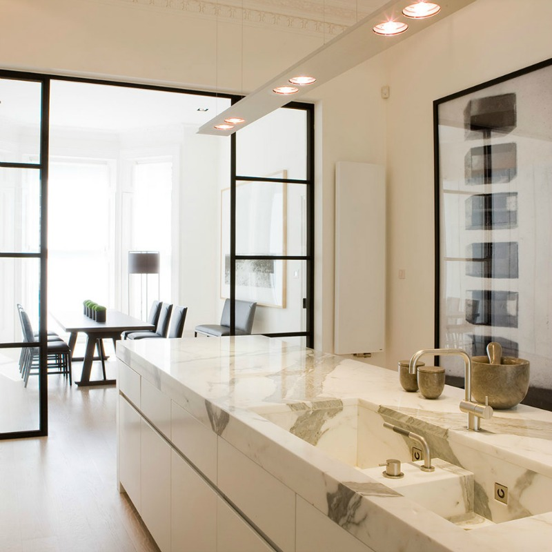 Стильная кухонная мойка и столешница из мрамора от Obumex