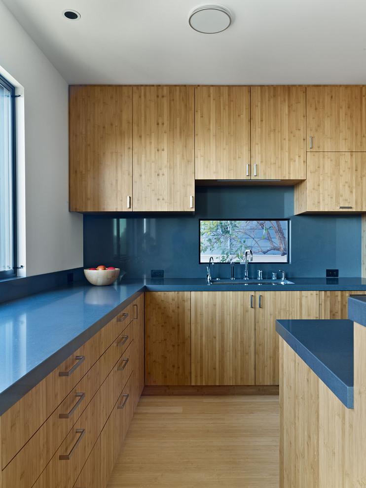 Просторная кухня с большим количеством мест для хранения
