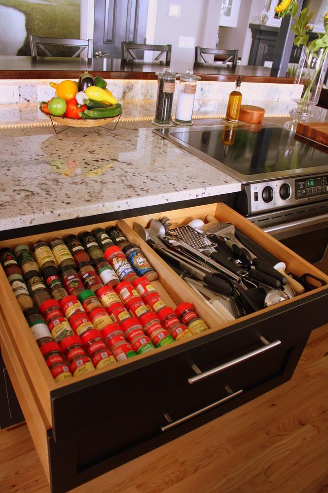 Выдвижные ящики для хранения столовых приборов и баночек с сыпучими продуктами