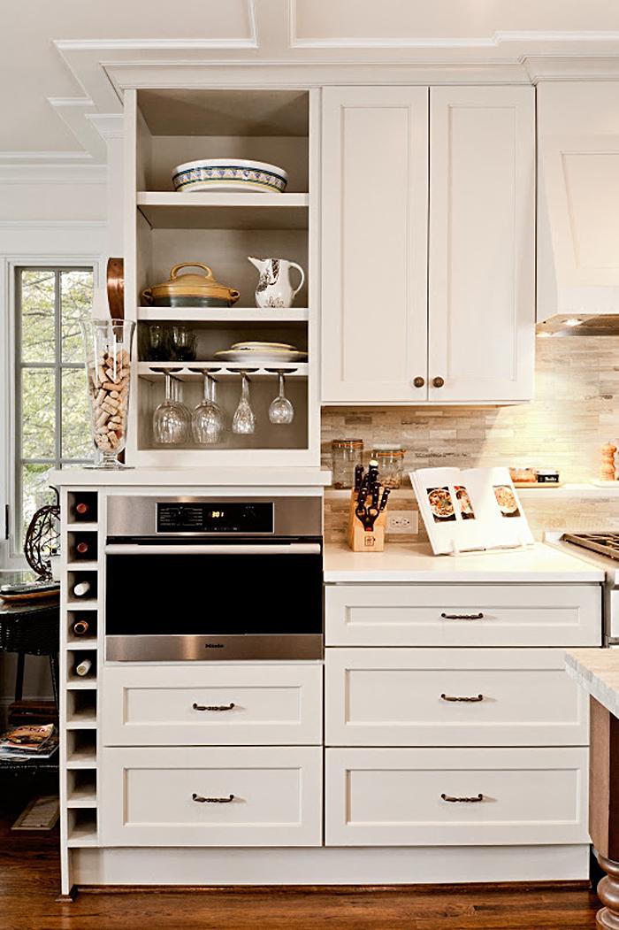 Компактный кухонный гарнитур в белой гамме