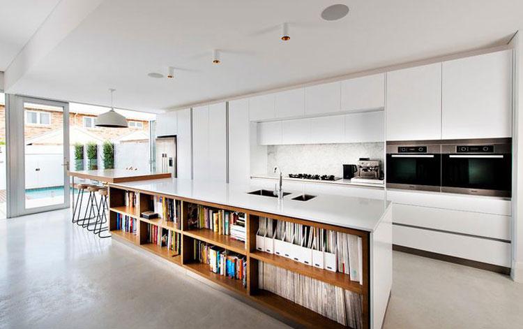 Огромный остров кухни со стеллажом для книг на всю длину