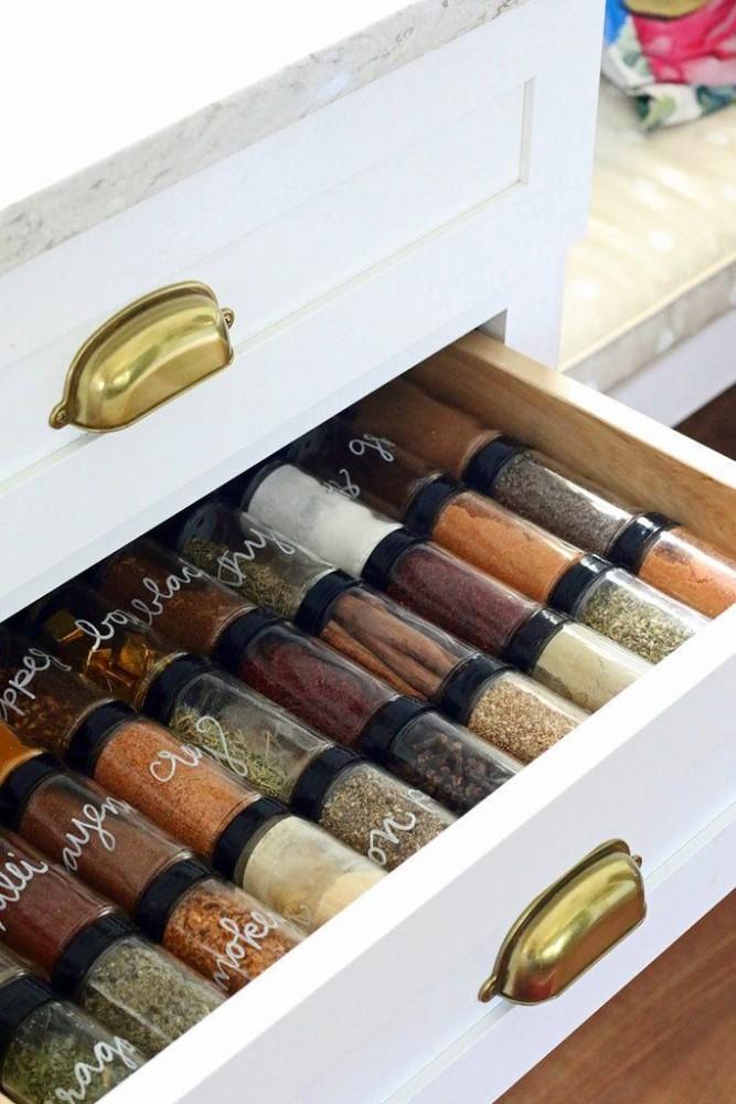 Хранение специй в ящике кухонного стола