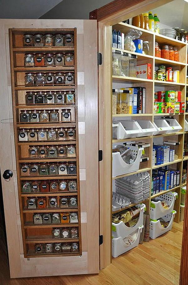 Встроенные полочки для специй на дверях в кладовой