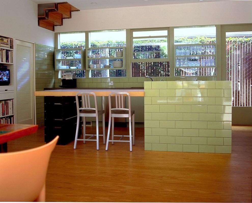 Стильные барные стулья Emeco в интерьере кухни