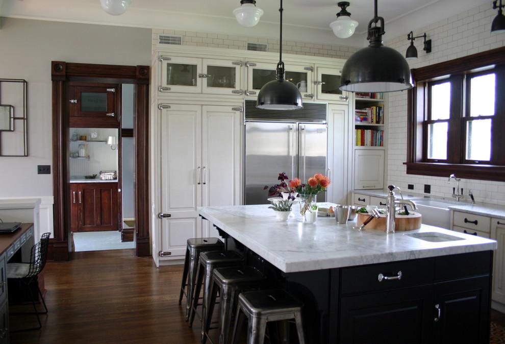 Стильные барные стулья Tolix в интерьере кухни