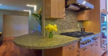 Стильный дизайн гранитной столешницы Seafoam Green в интерьере кухни от Bill Fry Construction