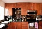 Стильный интерьер современной кухни из натурального дерева