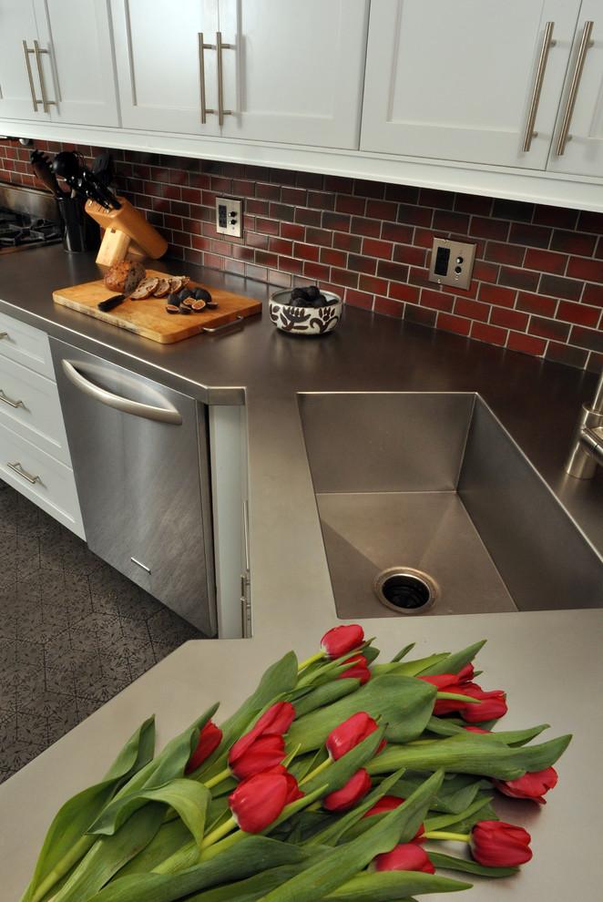 Мойка, интегрированная в кухонный интерьер