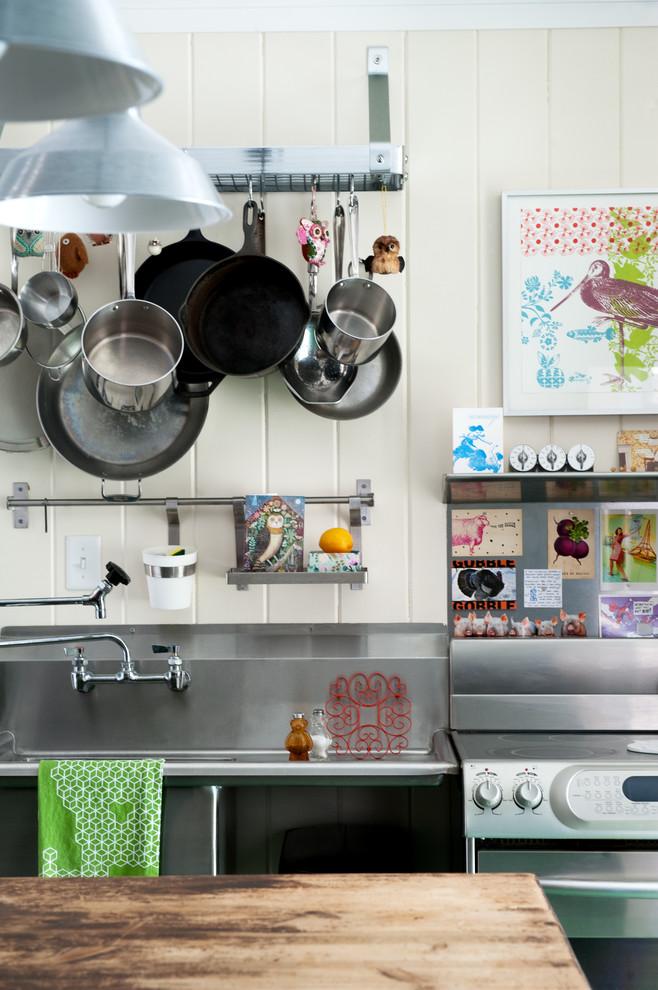 Мойка из нержавеющей стали в кухонном интерьере