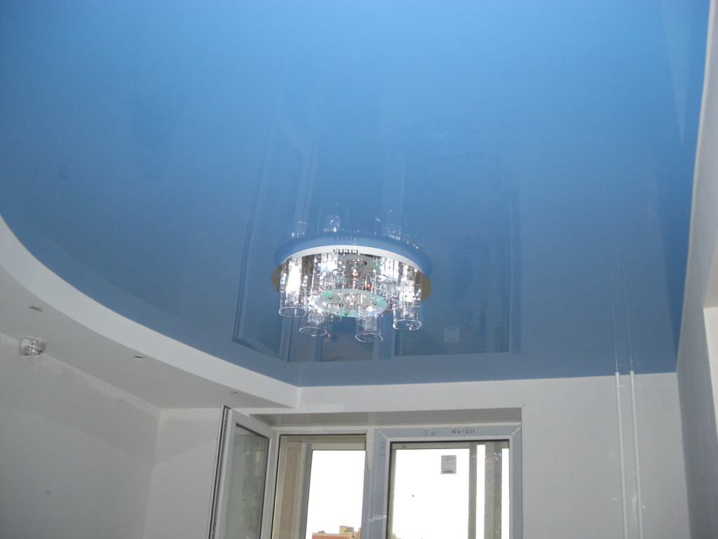 Великолепный дизайн натяжного потолка в интерьере кухни