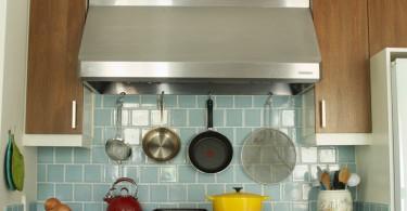 Экран с посудой над кухонной плитой