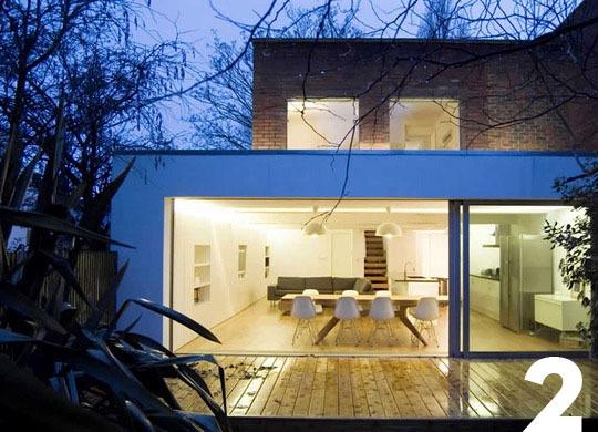 Белая плитка и столешница для создания светлой кухни