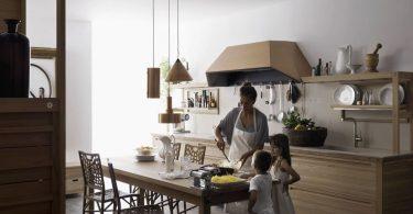 Светлая деревянная кухня для большой семьи