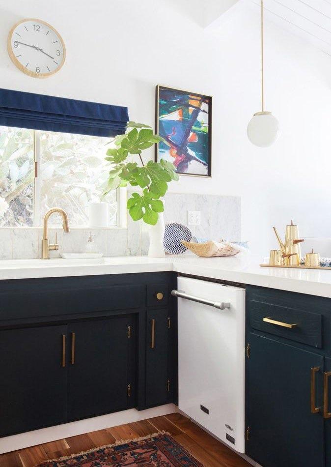 Тёмно-светлая кухня: абстрактная картина на стене