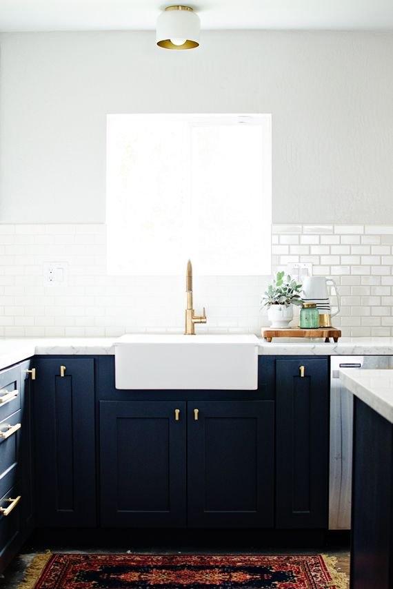 Тёмно-светлая кухня: окно над раковиной