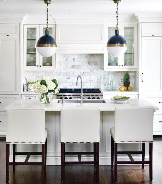 Тёмно-светлая кухня: фартук из белой плитки