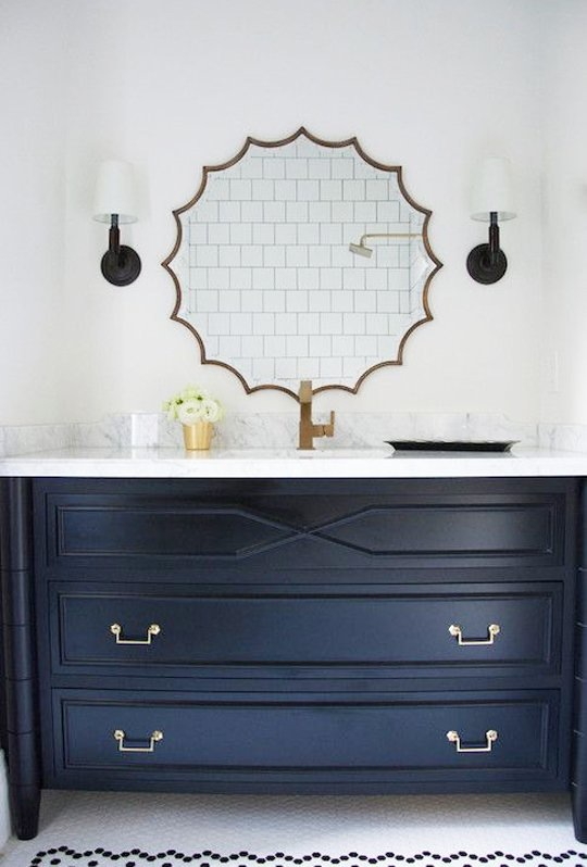 Тёмно-светлая кухня: стильное зеркало над комодом
