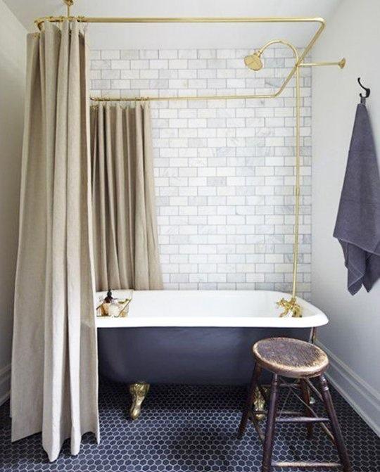 Тёмно-светлая ванная комната: шестиугольная плитка на полу