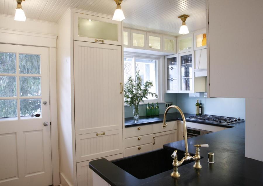 Тенденции в дизайне кухонь 2016 года - утончённый смеситель цвета латуни