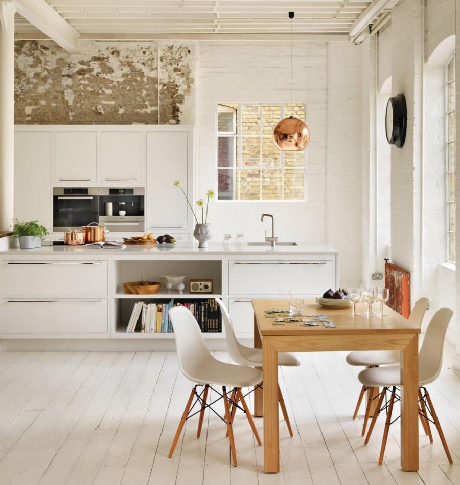 Тенденции в дизайне кухонь 2016 года - медный потолочный светильник над обеденным столом