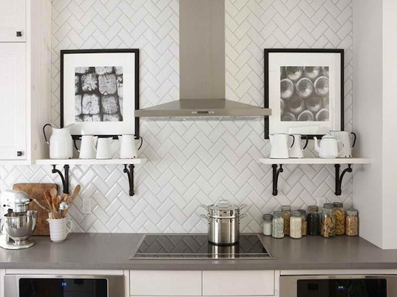 Тенденции в дизайне кухонь 2016 года - оригинальная укладка белой панели из плитки