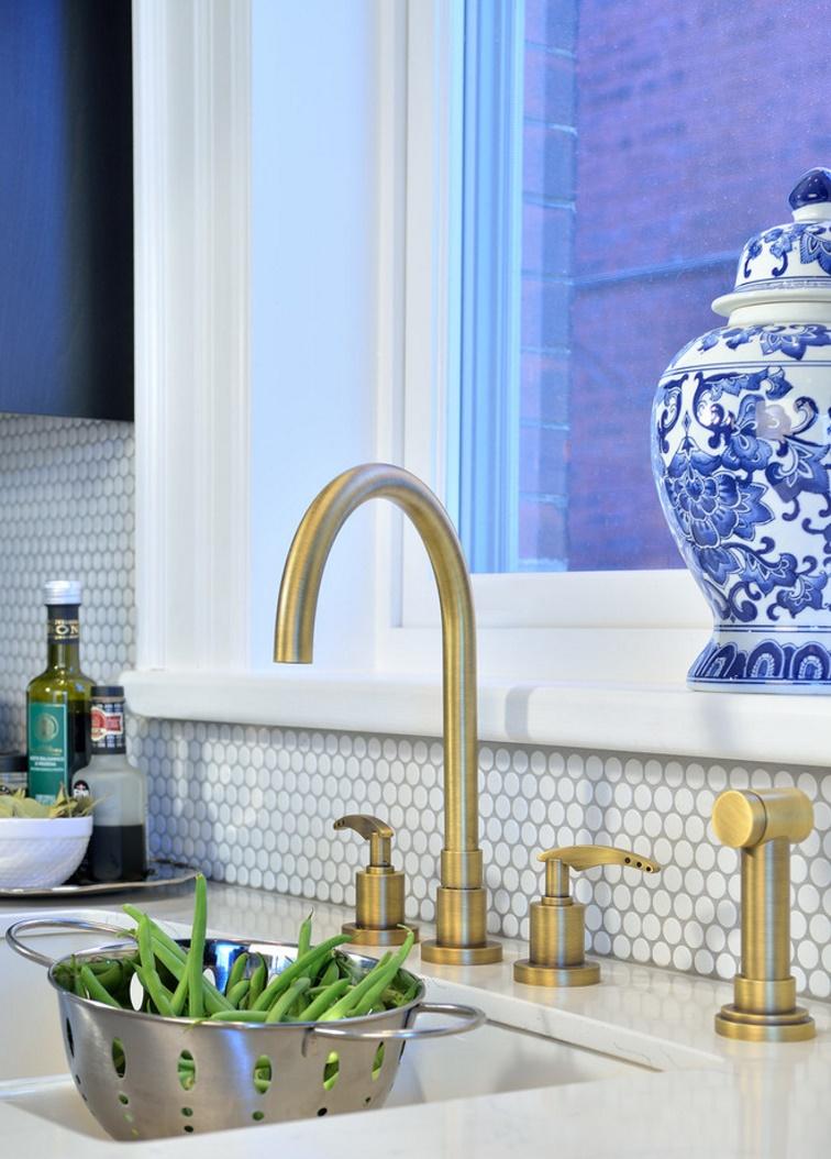 Тенденции в дизайне кухонь 2016 года - оригинальный кран цвета латуни