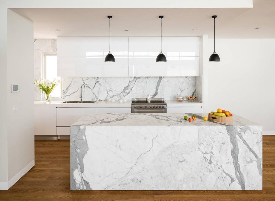 Тенденции в дизайне кухонь 2016 года - чёрные светильники над барной стойкой