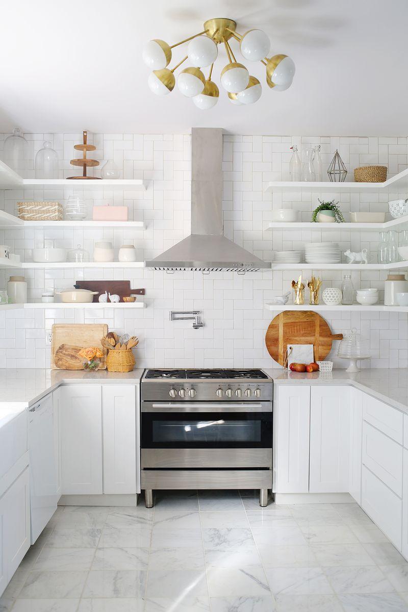 Тенденции в дизайне кухонь 2016 года - белая мраморная половая плитка