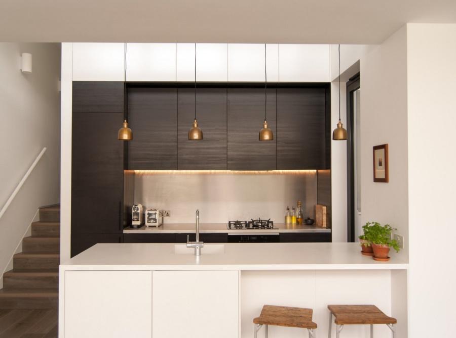Тенденции в дизайне кухонь 2016 года - медные абажуры светильников над барной стойкой