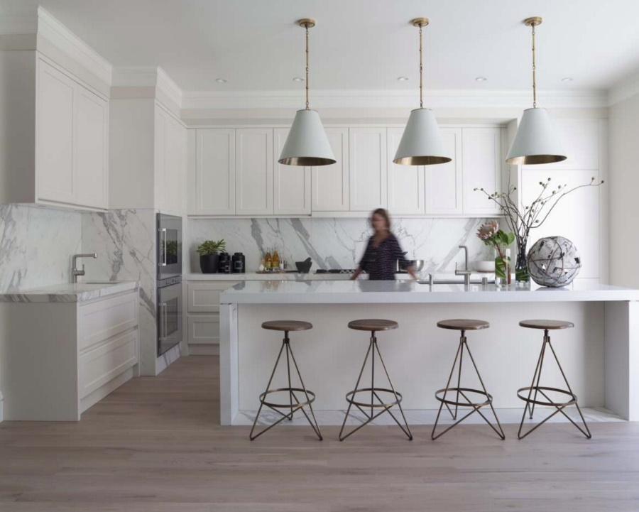 Тенденции в дизайне кухонь 2016 года - белые потолочные светильники над барной стойкой