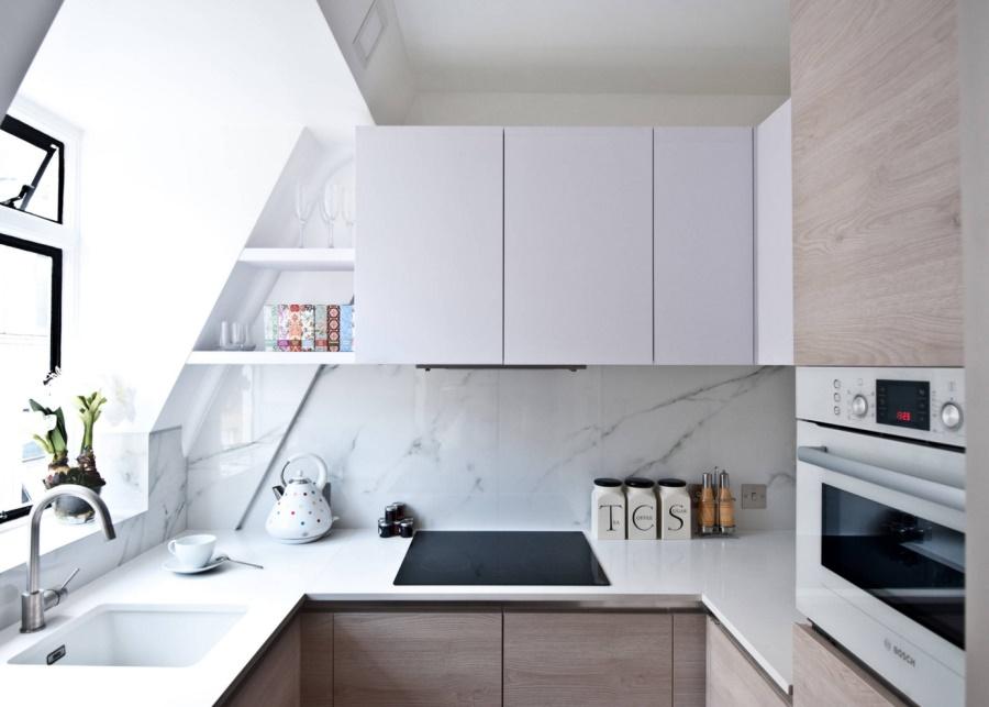 Тенденции в дизайне кухонь 2016 года - сочетание деревянных панелей и белого керамогранита