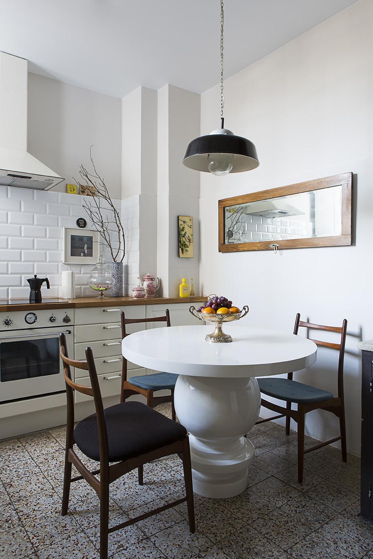 Тенденции в дизайне кухонь 2016 года - массивный кухонный стол белого цвета
