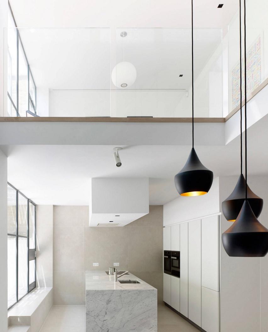 Тенденции в дизайне кухонь 2016 года - чёрные потолочные светильники р=оригинальной формы