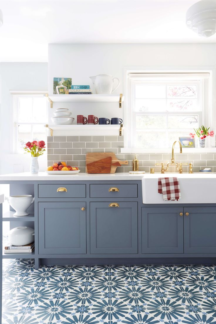 Тенденции в дизайне кухонь - сочетание цвета мебели и узора на полу