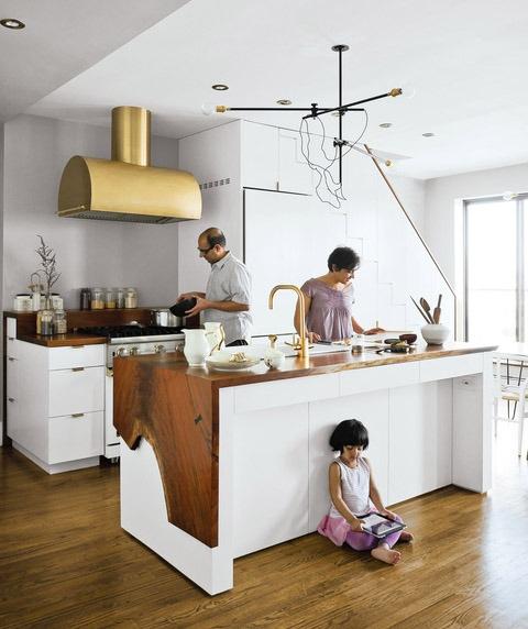Золото в интерьере белой кухни