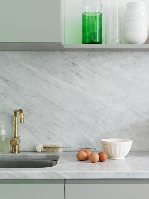 Золото в интерьере кухни: сочетание с благородным мрамором изумительного оттенка шалфея совершенно