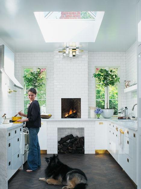 Золото в интерьере кухни: особенно трогательны нижние цокольные панели