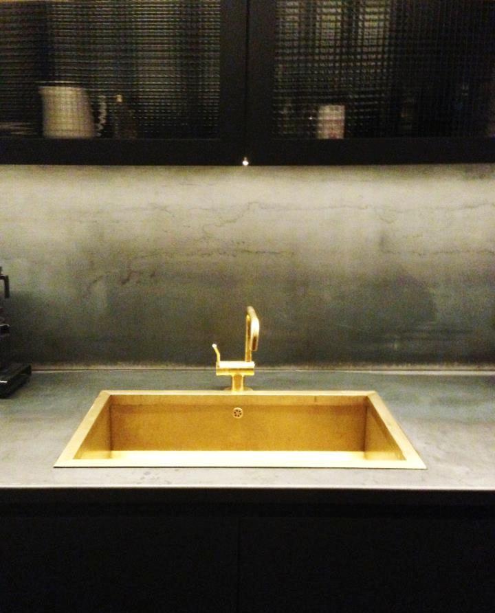Золото в интерьере кухни: восхитительная раковина замечательна с этой столешницей и фартуком из бетона